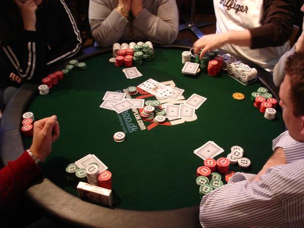 Chơi game bài poker đổi thưởng uy tín sẽ có những lợi ích gì